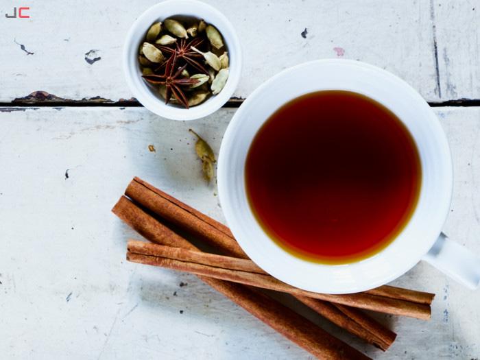 چای هل با چوب دارچین